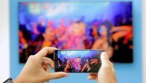 obstáculos asociados al ver la pantalla del celular en la televisión