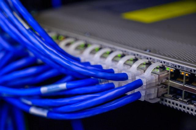 Cable Ethernet conectado a un puerto de compartimiento